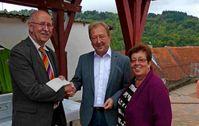 Von l. Wolfgang Scheffka (Vors. Förderverein), Klaus Stein und Monika Kost vom Monzinger SPD Vorstand.